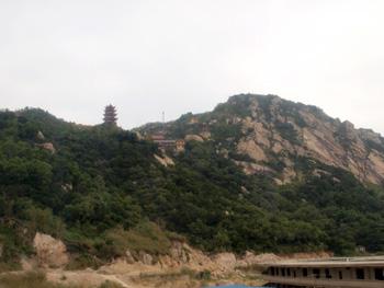 山の上に立つ塔